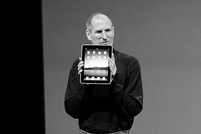 "Steve Jobs präsentiert das iPad am 27.01.2010 (Foto: Matt Buchanan, <a href=""https://creativecommons.org/licenses/by/2.0/"" target=""_blank"" rel=""noopener noreferrer"">CC BY 2.0</a>)"